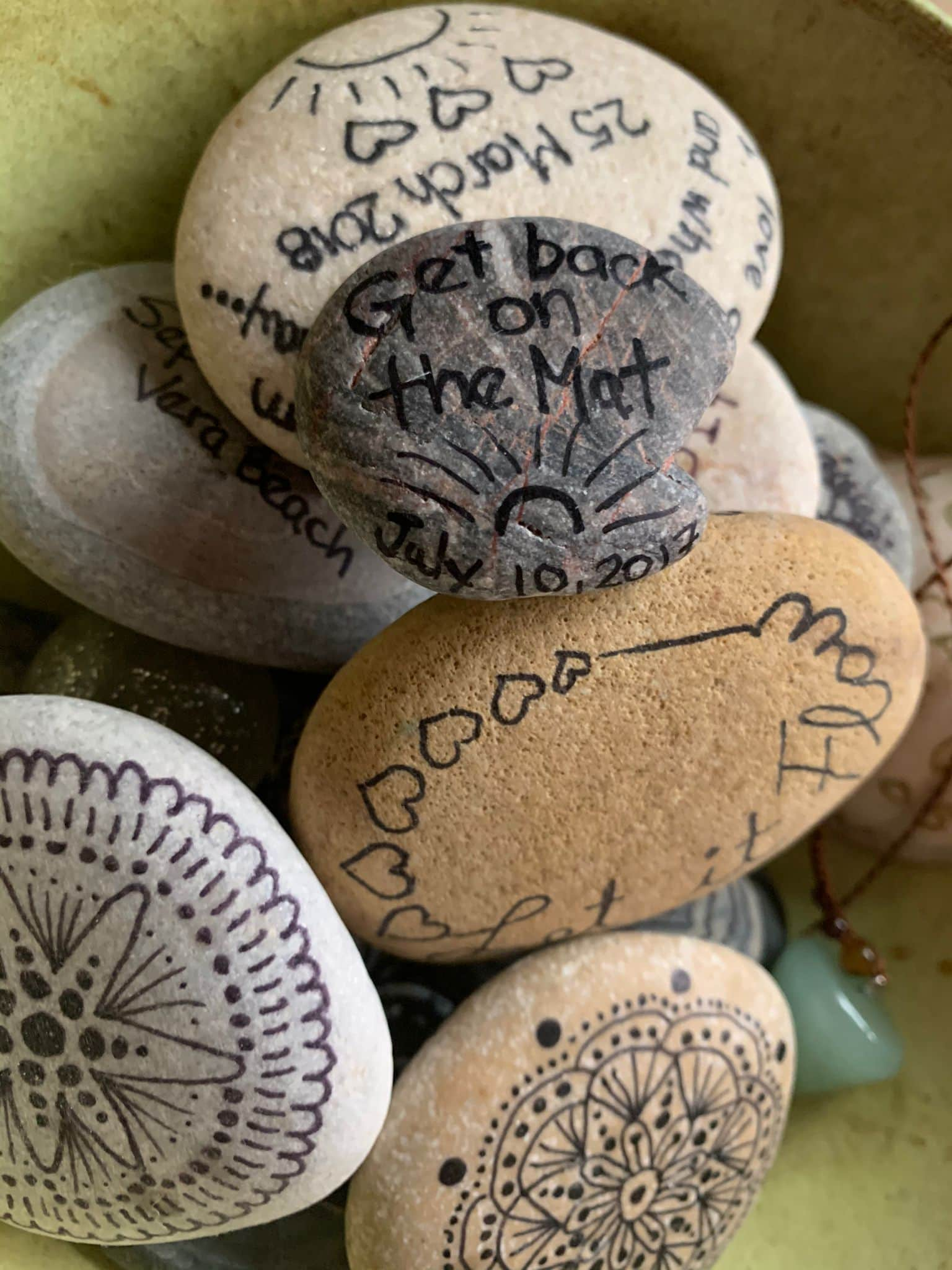 atencion plena pintar piedras mensajes